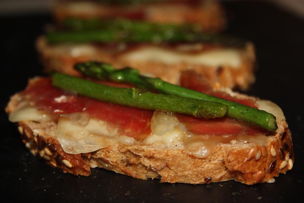 Tostada de esparrago,bacon y queso