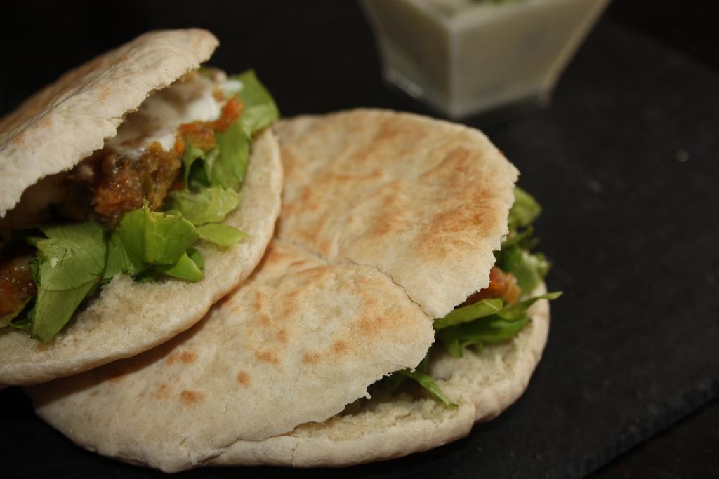 Pan de pita con ternera, verduras y salsa de yogurt